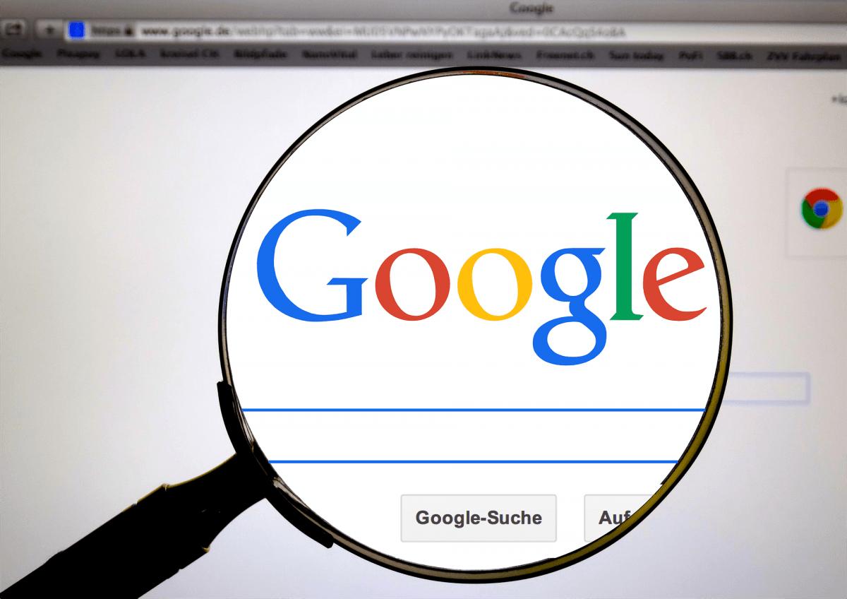 Lupe mit Vergrößerung auf Google Suchmaschine